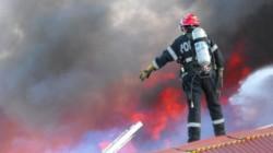 Arde acoperișul unui bloc! Pompierii intervin în aceste momente