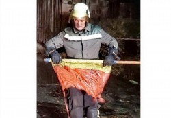 Poza Zilei! Pompierul care a salvat tricolorul în incendiul de la Curtici