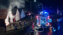 O casă din Sânnicolau Mic a luat foc joi noaptea. Un copil mic de 1 an găsit în casă