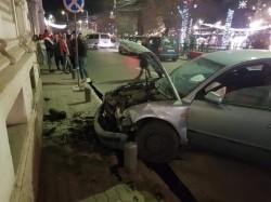 Șofer mort de beat a intrat cu mașina în clădirea Primăriei Arad