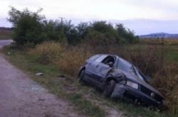 Rupt de beat, a fugit de poliţişti şi a ajuns cu maşina în şanţ după o urmărire ca în filme