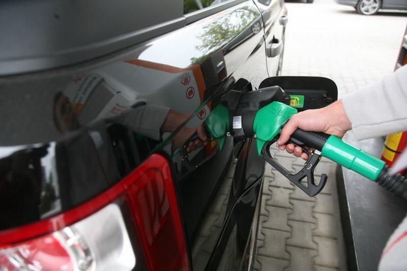Noul An vine cu un cadou pentru şoferi, benzina și motorina s-au ieftinit de la 1 ianuarie