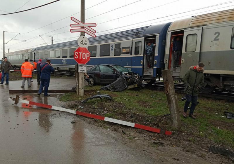Accident cu mașină lovită de tren în Aradul Nou! Două persoane sunt rănite dintre care una posibil decedată