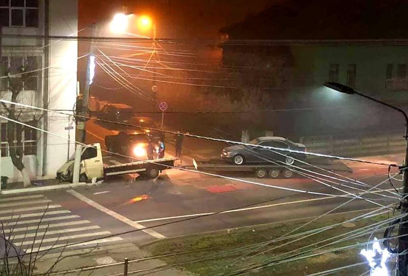 O camionetă a intrat direct în clădirea Liceului de Informatică din Arad