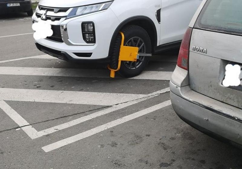 Blocarea maşinilor în parcarea supermarketurilor este ilegală spun poliţiştii