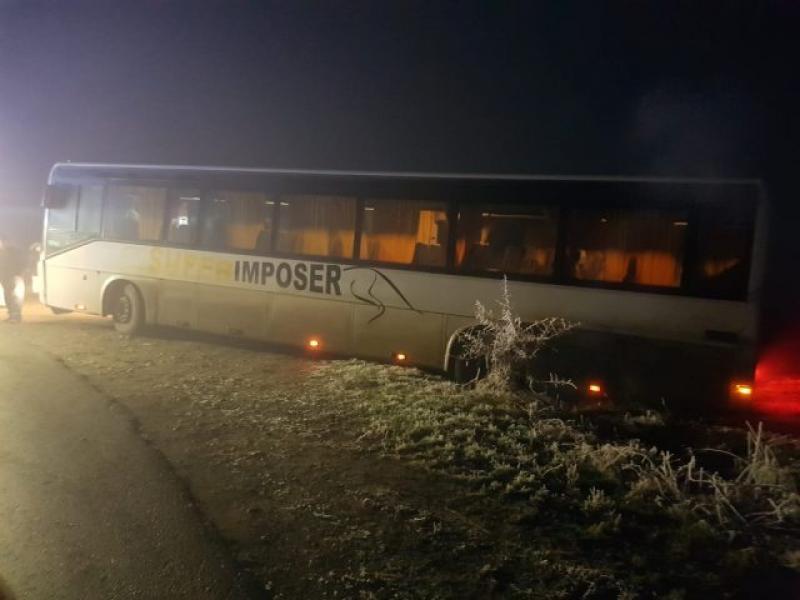 Autobuz ce transporta 23 de copii, răsturnat la marginea drumului