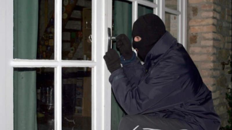 Hoț în Secusigiu! A intrat în casa oamenilor și a furat un televizor și un telefon