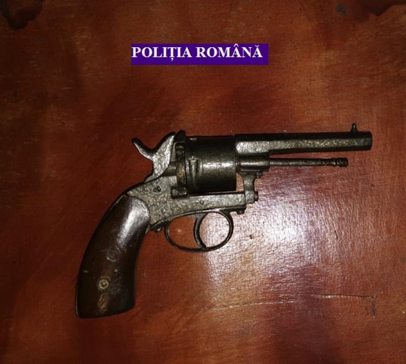 Bărbat din Șiria, prins de polițiști după ce a deținut ilegal un pistol