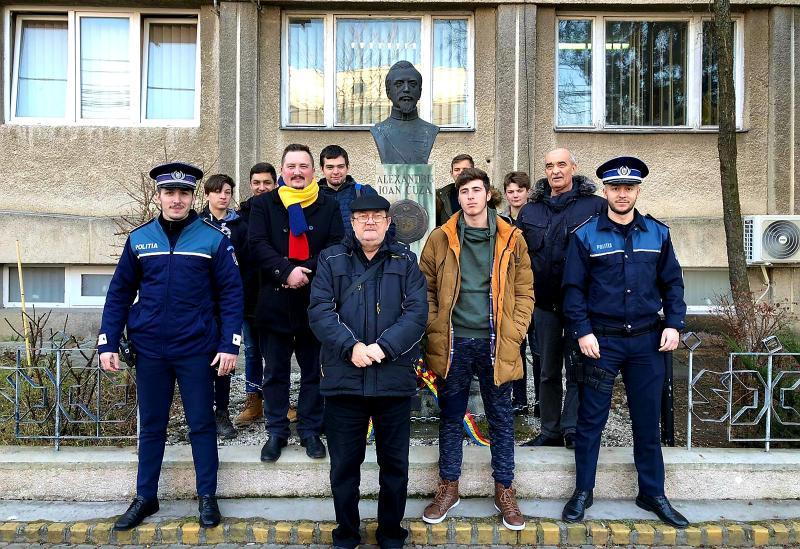 Elevii Școlii Postliceale Astra din Arad au depus o coroană la statuia lui Alexandru Ioan Cuza