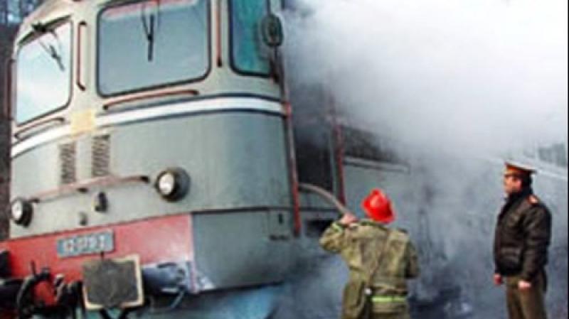 Locomotiva unui tren care tracta 40 de vagoane cisternă s-a făcut scrum. Pompierii au acționat patru ore