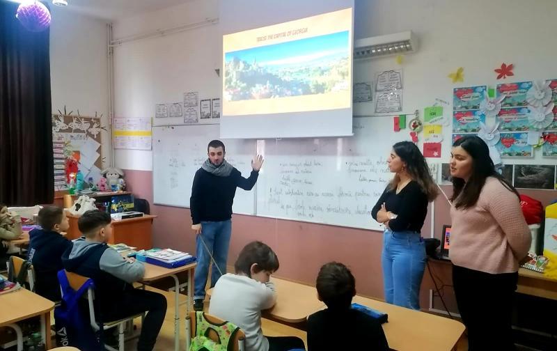 """Voluntari din Georgia, Turcia și Grecia în cadrul Proiectului """"Discover"""" la Liceul cu Program Sportiv Arad"""