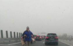 """Ieşirea din ţară la Nădlac pe A1 tranformată în bâlci ambulant de unii """"comercianţi""""! Autoritaţile par să nu vadă"""