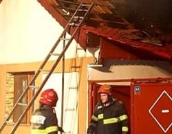 Pompierii arădeni au salvat 2 case, în urma unui incendiu izbucnit la o anexă