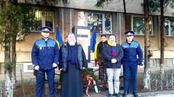 Elevii Școlii Postliceale Astra din Arad au depus o coroană la statuia lui Mihai Eminescu, din fața IPJ-ului