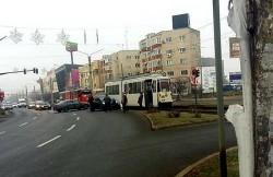 O șoferiță neatentă a lovit un tramvai în fața gării din Arad