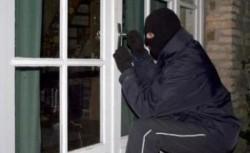 Un arădean a încercat să fure din casă, cu proprietarii înăuntru