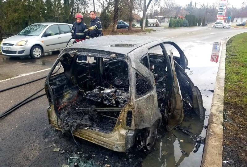 O mașină a luat FOC în mers, în centrul Ineului