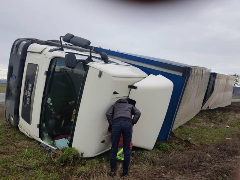 TIR răsturnat la Păuliș. Șoferul este prins în cabină