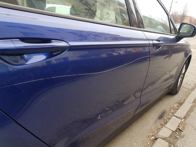 O arădeancă ce zgâria cu cheia mașinile parcate pe o stradă din Arad a fost prinsă de polițiști