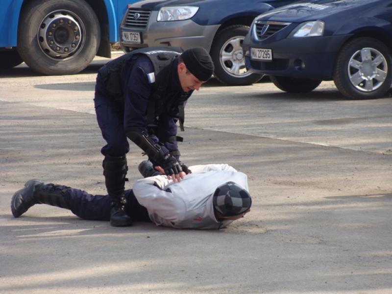 Arădean imobilizat de jandarmi după ce i-a scuipat și a devenit violent