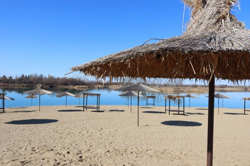 """Lacul Ghioroc - """"Litoralul Vestului"""" este o atracție importantă pentru județul Arad unde de 10 ani se organizează """"Ghioroc Summer Fest"""""""