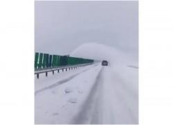 Bizonul Zilei! Curăţa autostrada pe un sens ca să-l înzăpezească pe celălalt!