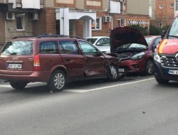 Neatenţia unui şofer de 69 de ani a dus la un accident pe Banul Mărăcine. Un autotursim avariat şi un biciclist lovit