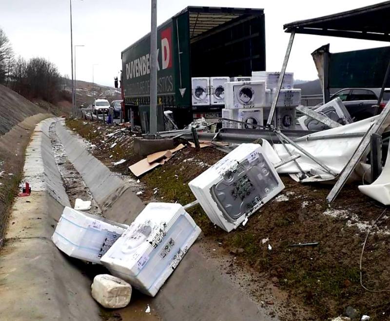 Zeci de mașini de spălat împrăștiate pe Autostrada vestului