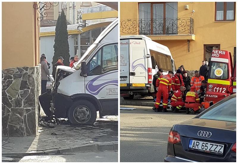 Accident grav în Lipova! Un microbus care transporta 10 persoane a intrat într-o casă!