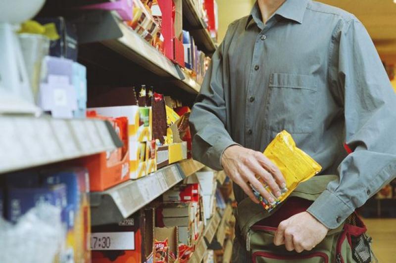Hoț prins în timp ce fura de pe rafturile unui supermarket