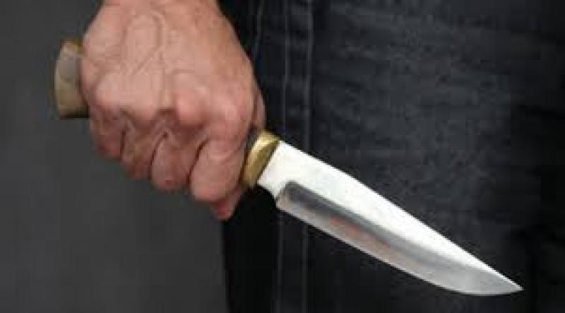 Un bărbat din Sântana și-a amenințat soția cu un cuțit, după ce a bătut-o crunt