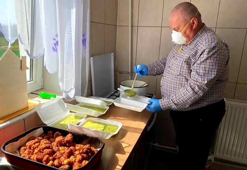 Zi de zi, familia Istrate Dan din Mândruloc, împarte o masă caldă unor familii din Mândruloc, Vladimirescu, Horia și Cicir