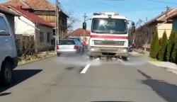 Municipalitatea continuă spălarea străzilor din municipiu cu detergent special şi în cartiere