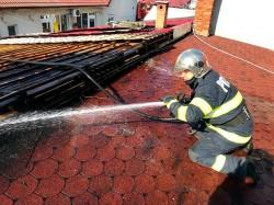 Pompierii au salvat 2 anexe a unor locuințe particulare, din Chișineu Criș