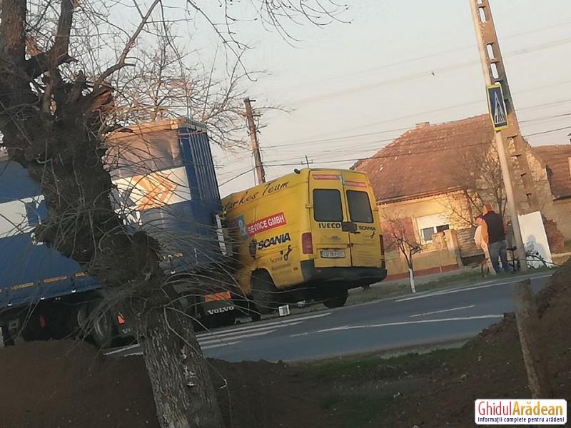 Accident în Zimandcuz miercuri dimineaţa! Trafic parţial blocat