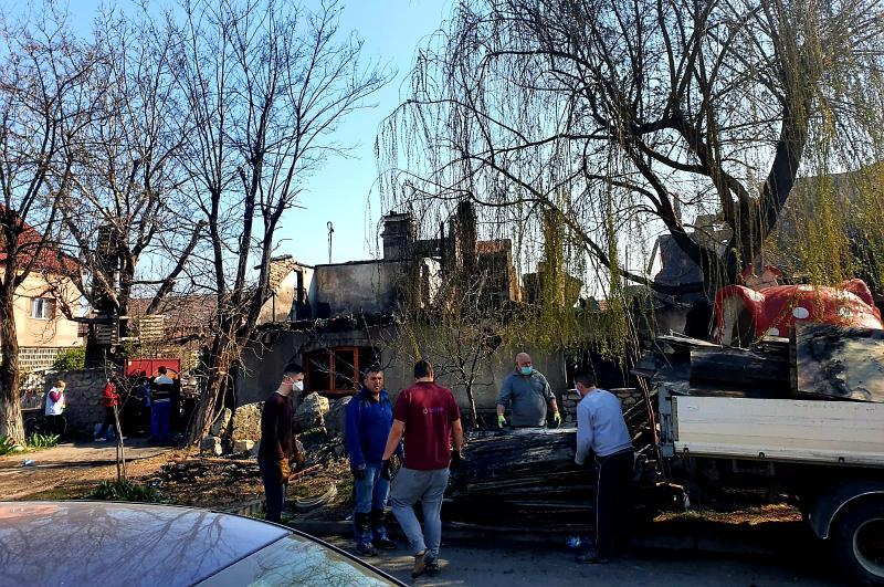 Familia a cărei casă a luat foc este ajutată de arădenii cu suflet mare