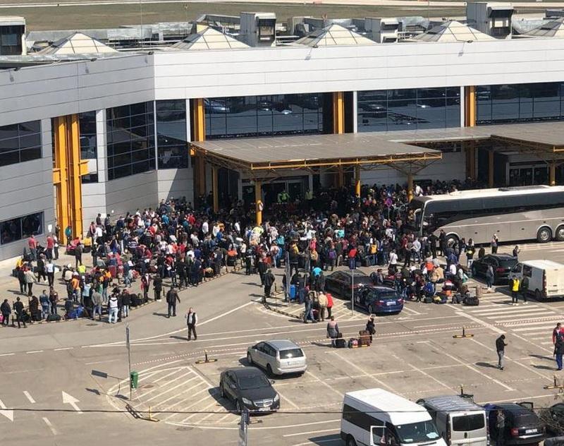 Haos pe aeroportul din Cluj-Napoca. Peste 1500 de români se înghesuie la terminalul de plecări