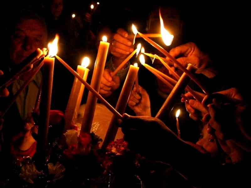 Noi proceduri pentru noaptea de Înviere: Lumina Sfântă și paștile se primesc doar în pragul casei