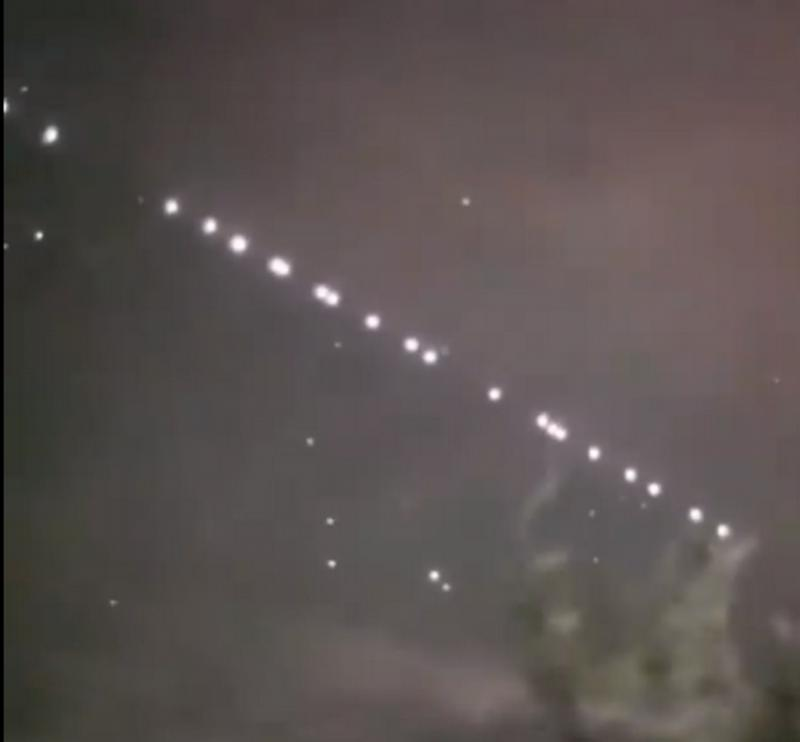 Şirurile de lumini mişcătoare văzute pe cer deasupra României sâmbătă seara, au  devenit virale pe internet