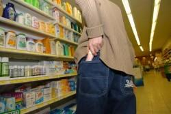 Arădean prins de polițiști, în timp ce fura de pe rafturile unui supermarket