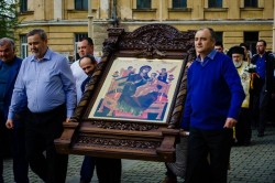 Procesiune cu icoane ale Maicii Domnului şi moaşte ale Sfântului Ioan Gură de Aur pe străzile Aradului în duminica Floriilor