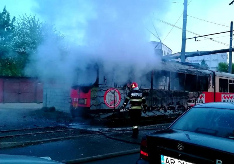 Tramvai în flăcări, luni dimineața la Făt Frumos din zona Vlaicu