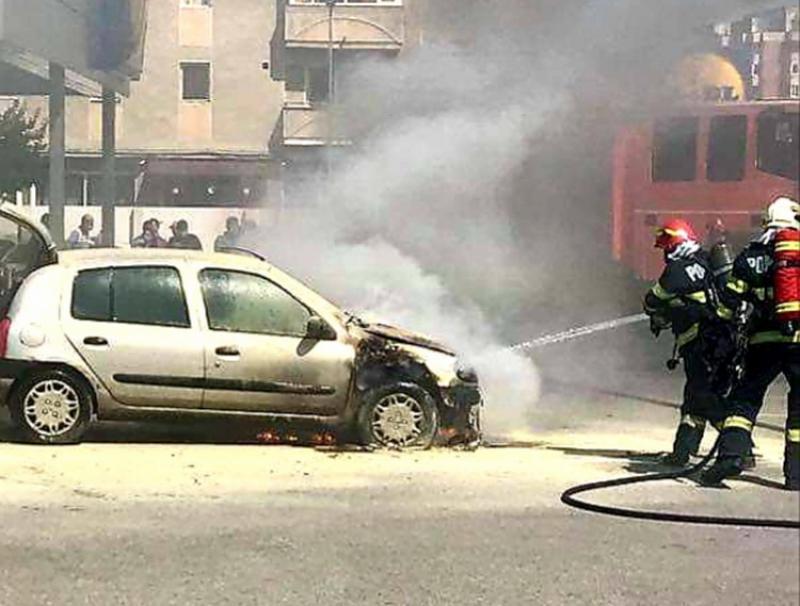 Autoturism cuprins de flăcări lângă un centru comercial