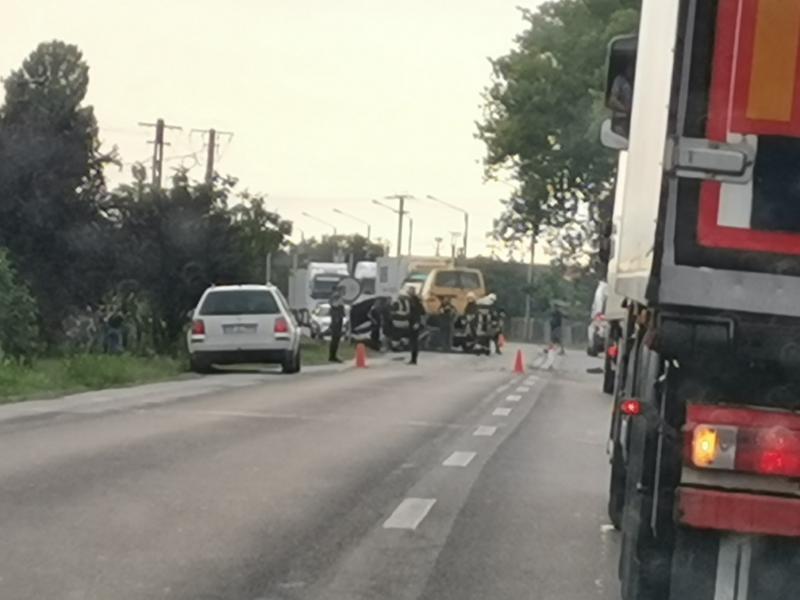 D.N.7 blocat la ieşirea din Pecica în urma unui accident între un autoturism şi un microbuz de persoane