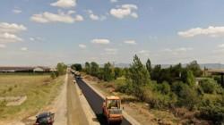 Se toarnă primul strat de asfalt pe drumul Arad-Şiria!