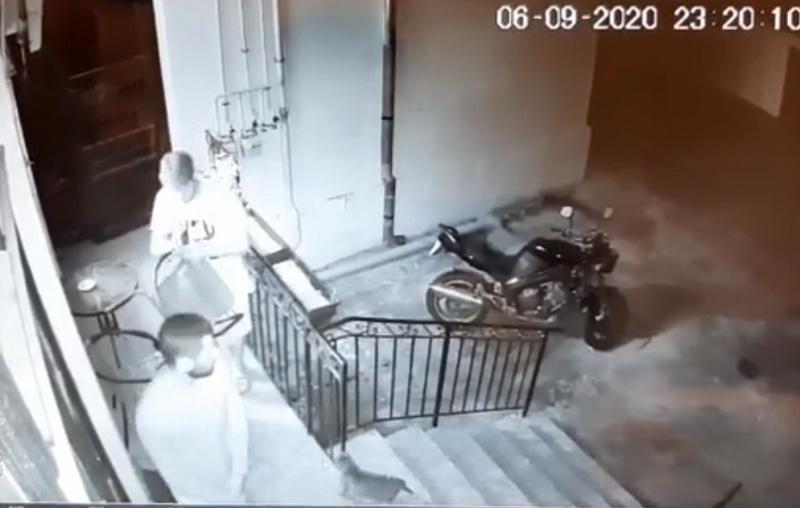 VIDEO! Ca la noi...la nimeni! Fură de la vecini să-şi cumpere şoricioaică. Filmat şi identificat, Poliţia îi dă drumul!