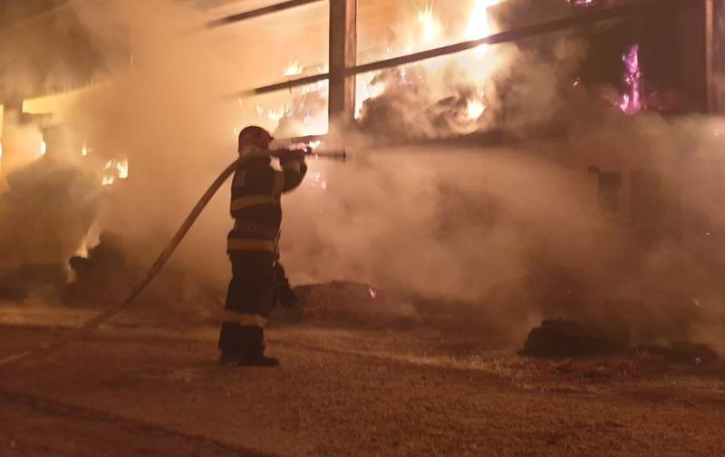 Un depozit de baloţi de fân din Iraţoş a luat foc sâmbătă noaptea