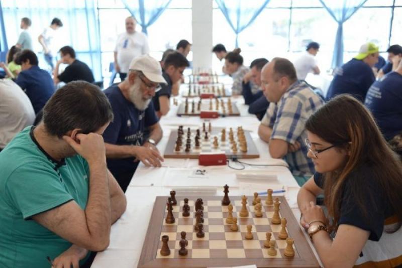 """Primul turneu internațional de șah din România, organizat în """"era Covid-19"""", debutează joi la Arad!"""