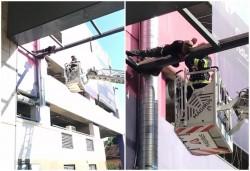 Pachistanez salvat de pompieri de pe schela de la Atrium Mall