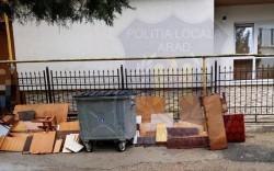 Surprins de o cameră video în timp ce abandona deșeurilor pe domeniul public, amendat de Poliția Locală